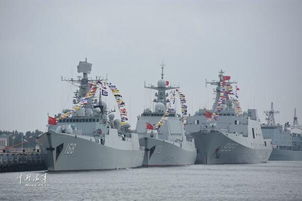 """左起第一艘舰艇为052B型""""广州""""号导弹驱逐舰。 本文图为 中国军网、中国海军网 图"""