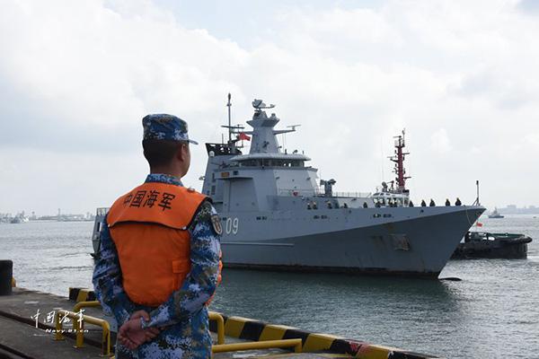 """文莱皇家海军""""达鲁塔克瓦""""号巡逻舰靠泊湛江某军港。"""