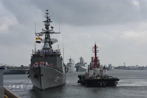 """泰国皇家海军""""达信""""号护卫舰靠泊湛江某军港。"""