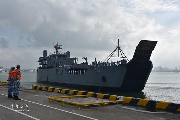 """菲律宾""""达古潘市""""号后勤支援舰靠泊湛江某军港。"""
