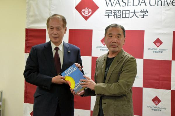 村上春树37年来首次在日本开新闻发布会,向母校捐个人资料 村上春树 母校 新闻发布