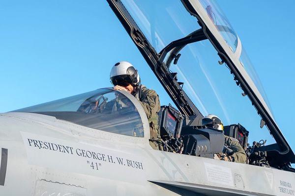 图为绘有老布什总统全名的美军战机