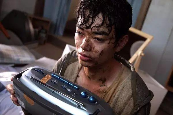 《恶之教典》里,他饰演了在血流漂杵的追杀游玩中的头等生圭介。