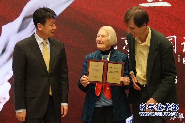"""科技部副部长张建国出席伊莎白教授103岁生日庆祝会并为其颁发"""""""