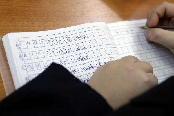 俄罗斯学生正在学习汉语拼音。(视觉中国)