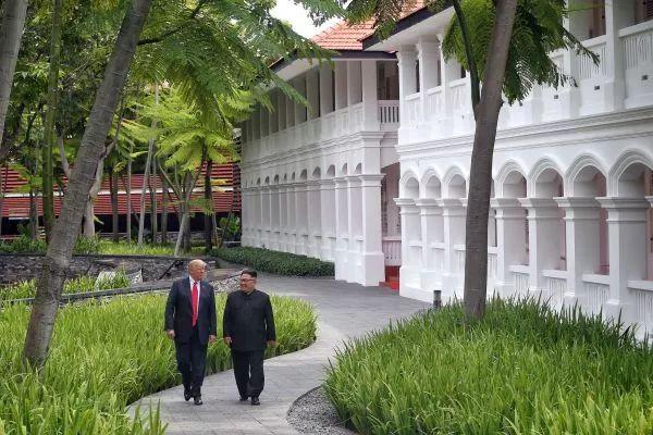 ▲资料图片:2018年6月12日,朝鲜最高领导人金正恩(右)与美国总统特朗普在新加坡举行会晤。(新华社)