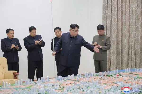 ▲资料图片:2018年11月16日,朝鲜最高领导人金正恩在审核指导朝鲜边境城市新义州市建设总体规划。(新华社/朝中社)