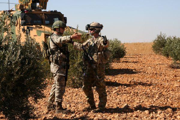 这是2018年11月1日,美军士兵和土耳其士兵在叙利亚曼比季执行联合巡逻任务。新华社 路透社