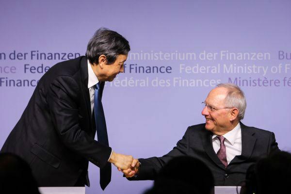 2015年3月17日,在德国柏林,中国国务院副总理马凯(左)和德国财政部长朔伊布勒在新闻发布会上握手。德国当天宣布愿意成为亚投行意向创始成员国。新华社