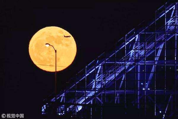 """超级月亮撞上月全食,为什么叫""""超级血狼月"""""""