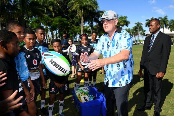 澳大利亚总理斯科特・莫里森1月19日在斐济首都苏瓦与橄榄球小球员们见面(路透社)