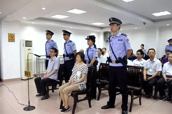 全智華和妻子王萍在庭審中
