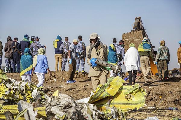 3月11日,在埃塞俄比亚首都亚的斯亚贝巴附近,工人聚集在坠机现场。新华社 图