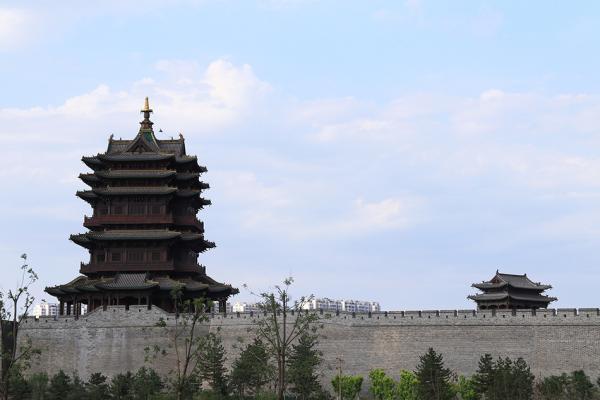 2017年6月14日,山西大同,修复完成的大同古城墙及古建筑。视觉中国 资料图