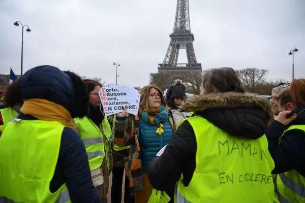 """▲資料圖片:1月20日,""""黃背心""""抗議者在巴黎埃菲爾鐵塔前示威。(法新社)"""