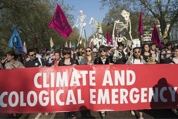 """民众走上街头,参加""""气候变化""""抗议活动。(图:英媒)"""