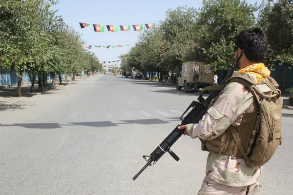 图道:本地工夫8月31日,阿富汗平安队伍兵士正在马路上站岗。西方IC