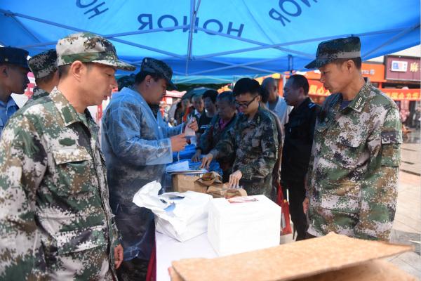 青浦区雨中开展第19个全民国防教育日活动