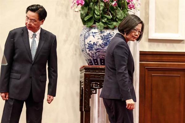 """吉里巴斯宣布与台湾""""断交"""",5天内流失2个""""邦交国"""",蔡英文责无旁贷,不应再粉饰太平,必须坦承告诉台湾民众。(图片来源:台湾《中国时报》)"""