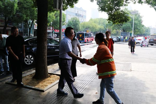 武汉市总工会走访慰问全国劳动模范蔡甸区环卫女工蒋扣分