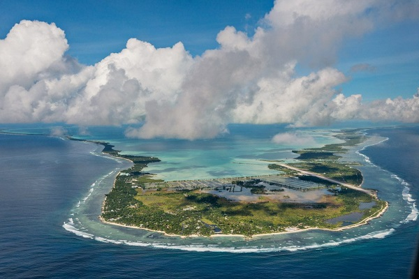 五星红旗飘扬在太平洋岛国基里巴斯 上海水产人为新中国庆生
