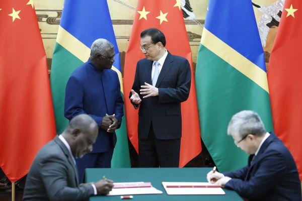 中所两国总理举办漫谈,并配合睹证了多项单边协作和谈的签订。(中国当局网)
