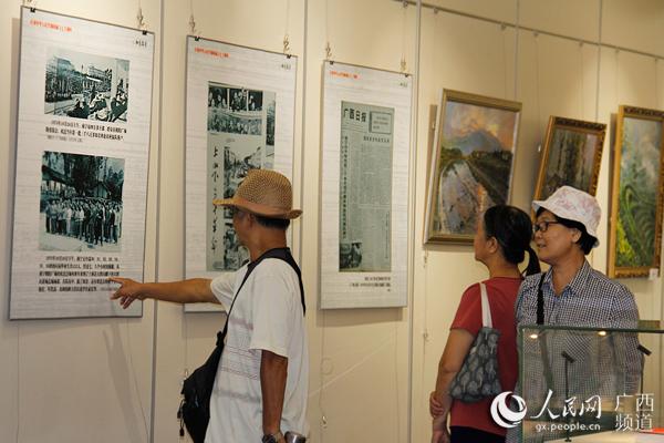 读者参观图书馆举办的展览