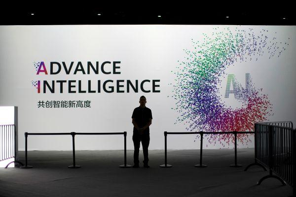 在2019华为全联接大会上的人工智能展板(路透社)