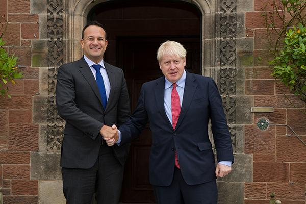 本地工夫2019年10月10日,英国切斯特,英国辅弼约翰逊取爱我兰总理瓦推德卡举办漫谈。视觉中国 图