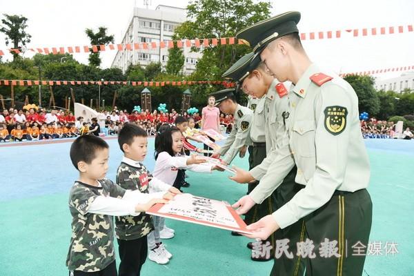 小小童心向祖国 将爱国主义教育融入亲子运动会