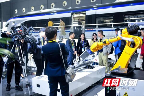 """机械""""美容师""""中车出品激光清洗系统首次公开亮相轨博会"""