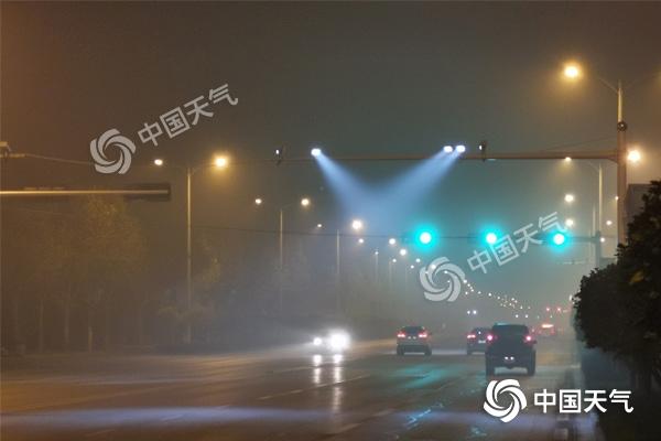 20日清晨,河北石家庄雾气洋溢,能睹度低 (摄/寇家祥)