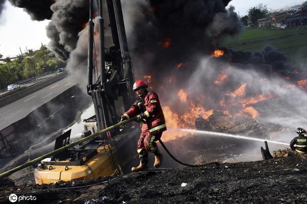印尼一石油管道发生火灾 火势凶猛火光熊熊