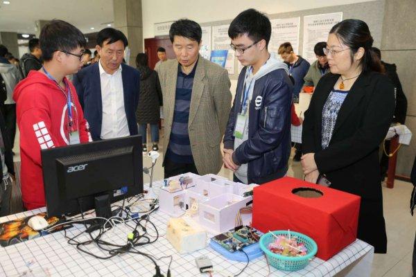 """湖南工业大学自动化专业引企入教 毕业设计作品展上""""黑科技""""吸睛"""