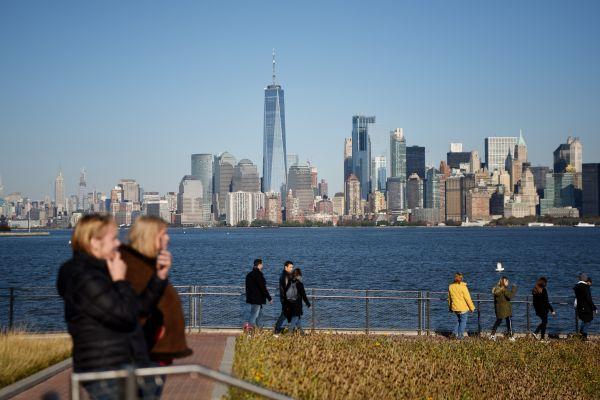 资料图片:游客在美国纽约自由岛欣赏曼哈顿风景。(新华社)