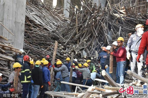 土耳其一在建清真寺突然倒塌 一名工程师被困