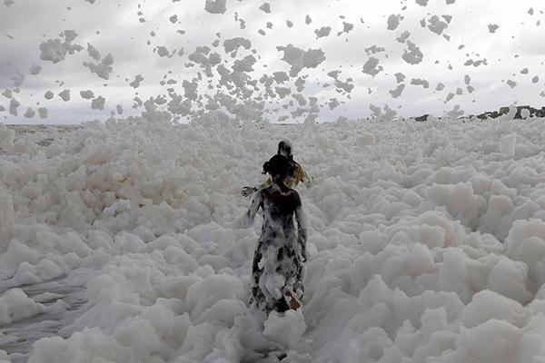 印度海滩被白色泡沫覆盖引孩童玩耍 专家:有毒|金奈|玛丽娜海滩