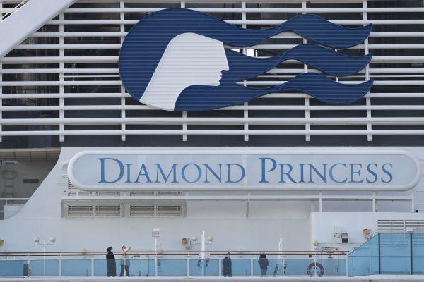 """资料图片:2月19日,在日本横滨,乘客在""""钻石公主""""号邮轮甲板上活动。(新华社)"""