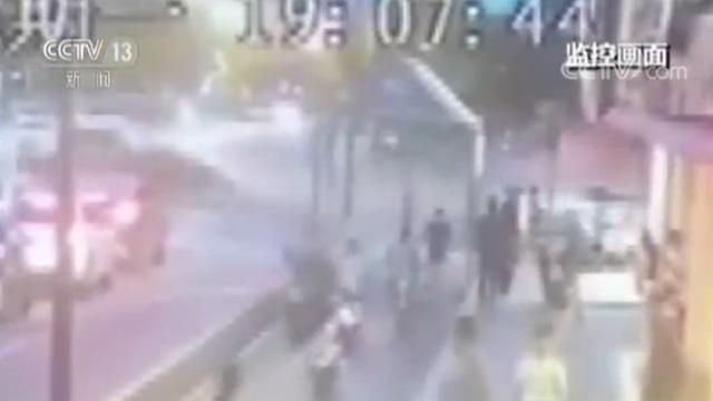浙江杭州闹市区发生重大交通事故 目击者:天上全是碎片!