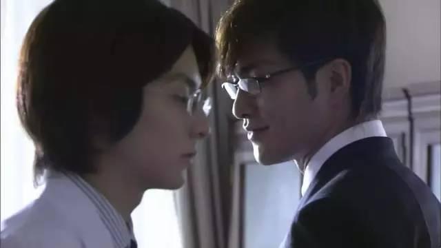 在电影《为了谁?》里和浅野忠信对戏,在戏中演过杀物化他女友的少年犯。