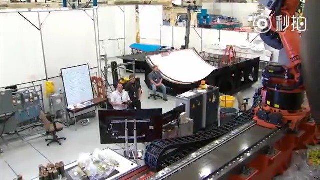 制造一个巨大的火箭燃料罐的过程。