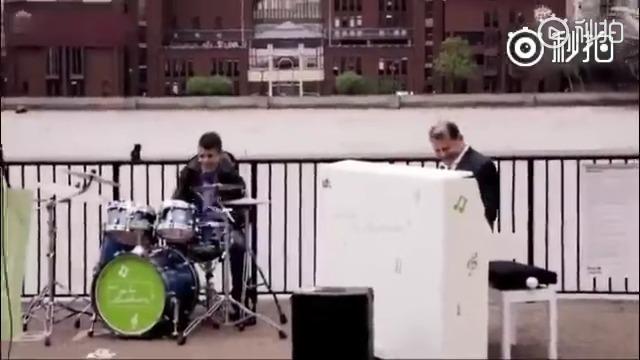 有人在伦敦泰晤士河边放了一组乐器,让路过的普通人来演奏