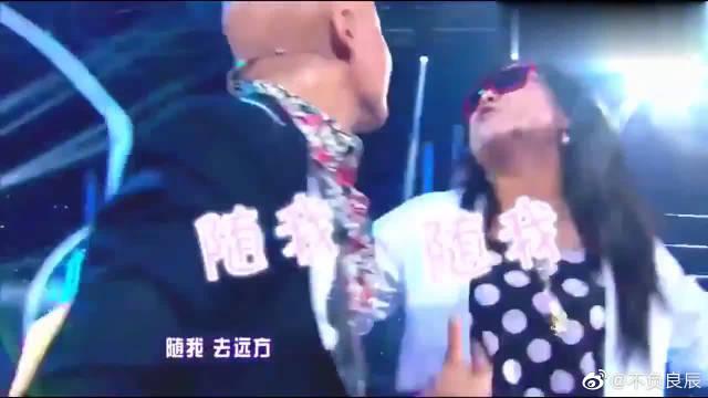 贾玲、沈凌模仿凤凰传奇,搞笑到吐血,太有喜剧感了!