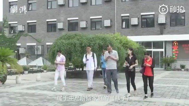 北京市高考状元谈农村孩子越来越难考上好大学。他父母是外交官
