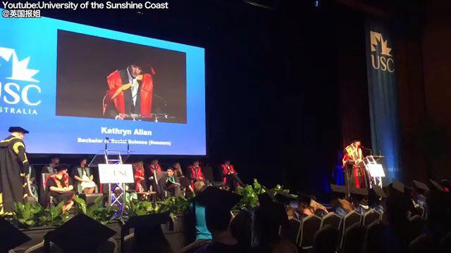 毕业典礼上,小姐姐和她的导盲犬一起上台领毕业证书
