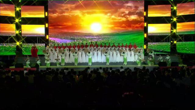 两千人齐聚,歌颂祖国唱不停