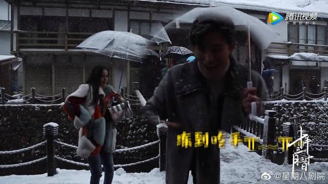 花絮    绝美雪景幕后~ 除了身上堆满积雪 还有冻到吃手手