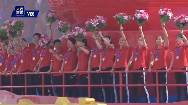 """国庆群众游行:""""祖国万岁""""方阵"""