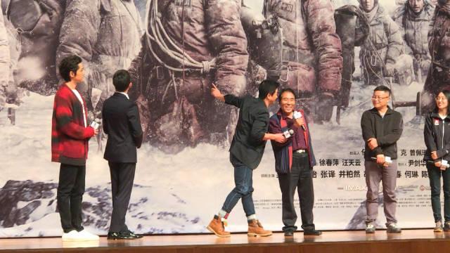 走进北大,当年登顶珠峰的英雄也来到现场,吴京热心帮忙耳语