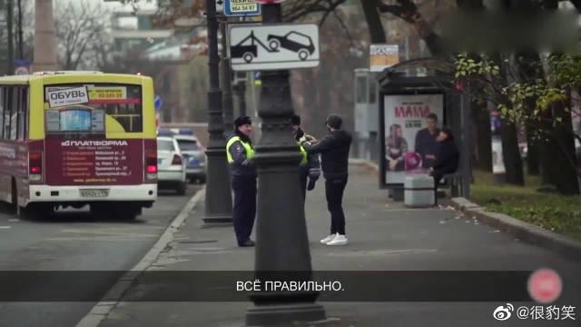 拿手机到警察面前自拍有什么后果,小伙太皮了